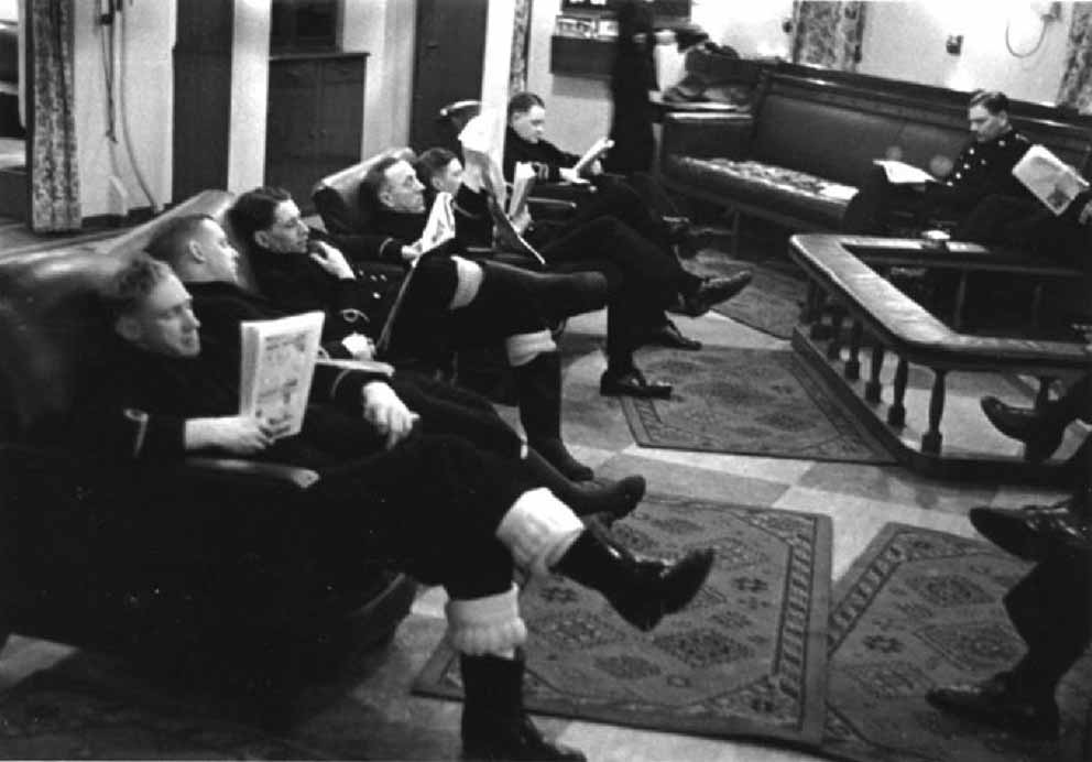 Click image for larger version.  Name:01.00. 16 Officers reading and relaxing in the wardroom of HMS King George V, 1941.jpg Views:6 Size:62.8 KB ID:2150562