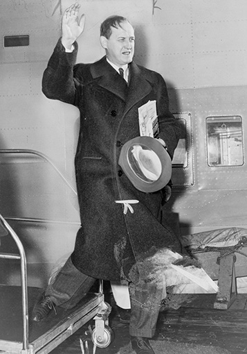 Click image for larger version.  Name:01.00. 2 b Hopkins departing for Britain, January 1941.jpg Views:5 Size:82.4 KB ID:2124138