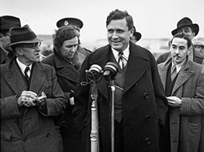 Click image for larger version.  Name:01.00. 2 h 19 Wendell Willkie speaking in England, January 1941.jpg Views:6 Size:94.1 KB ID:2127402