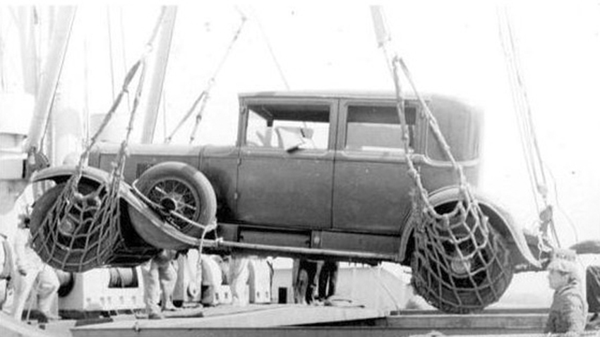Click image for larger version.  Name:01.00. 45 02 Capone's 1928 Cadillac being loaded up and shipped to England 1933.jpg Views:1 Size:153.5 KB ID:2154002