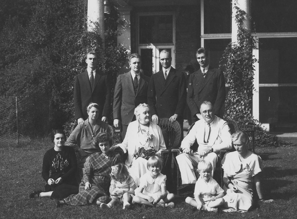 Click image for larger version.  Name:01.00. 53 28 Roosevelt family 1934.jpg Views:4 Size:150.8 KB ID:2165570