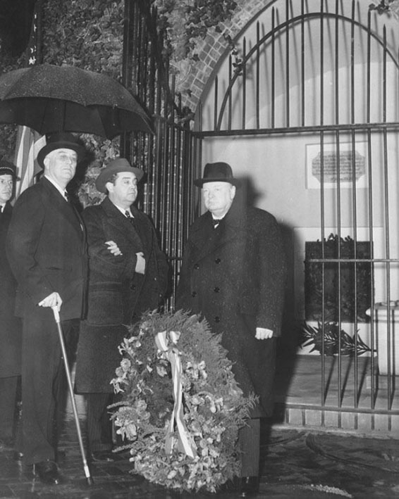 Click image for larger version.  Name:01.00. 55 14 9 b 1 JANUARY 1942 Mount Vernon Roosevelt and Churchill wreath tomb.jpg Views:2 Size:107.1 KB ID:2169210