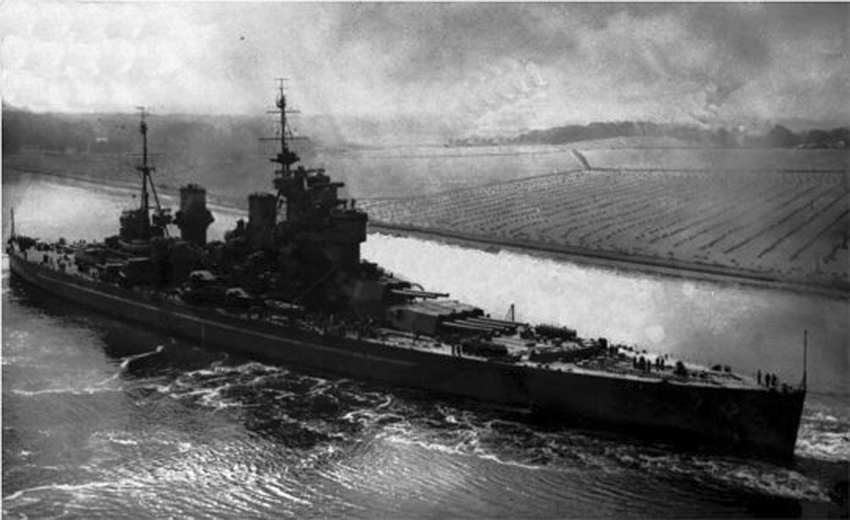 Click image for larger version.  Name:01.00. 9 06 HMS Duke of York Moving Carefully Through The Clyde 3.jpg Views:2 Size:214.1 KB ID:2142394