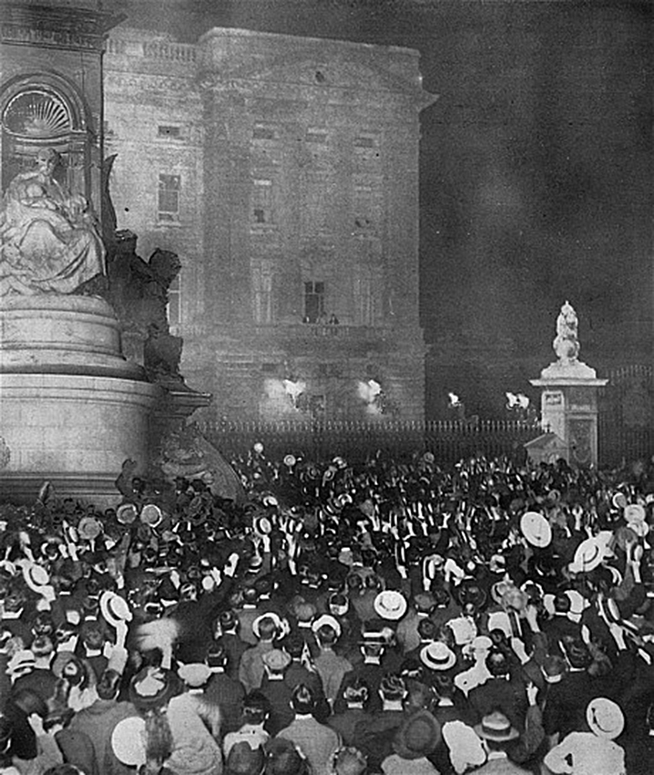 Click image for larger version.  Name:1. 1 1 4 0 2 Crowds outside Buckingham Palace cheer King George, Queen Mary and the Prince of Wa.jpg Views:1 Size:376.7 KB ID:3646061