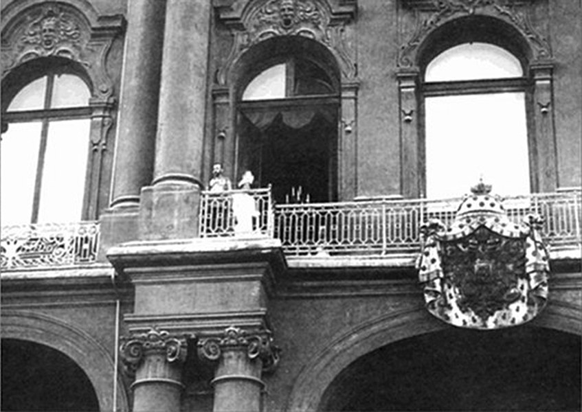 Click image for larger version.  Name:1. 1 1 4 0 3 2 Tsar Nicholas II and Empress Alexandra on the balcony of the Winter Palace.jpg Views:1 Size:242.4 KB ID:3646073