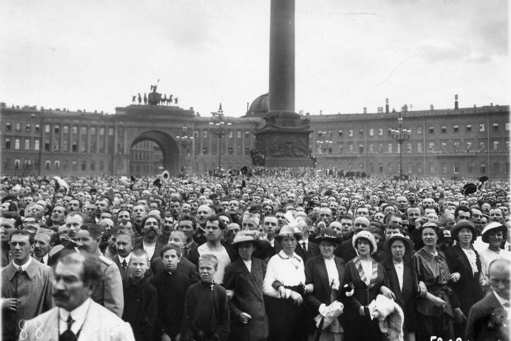 Click image for larger version.  Name:1. 1 1 4 0 3 3 crowd In front of the Winter Palace declaration of war, 20 July 1914.jpg Views:1 Size:128.7 KB ID:3646085