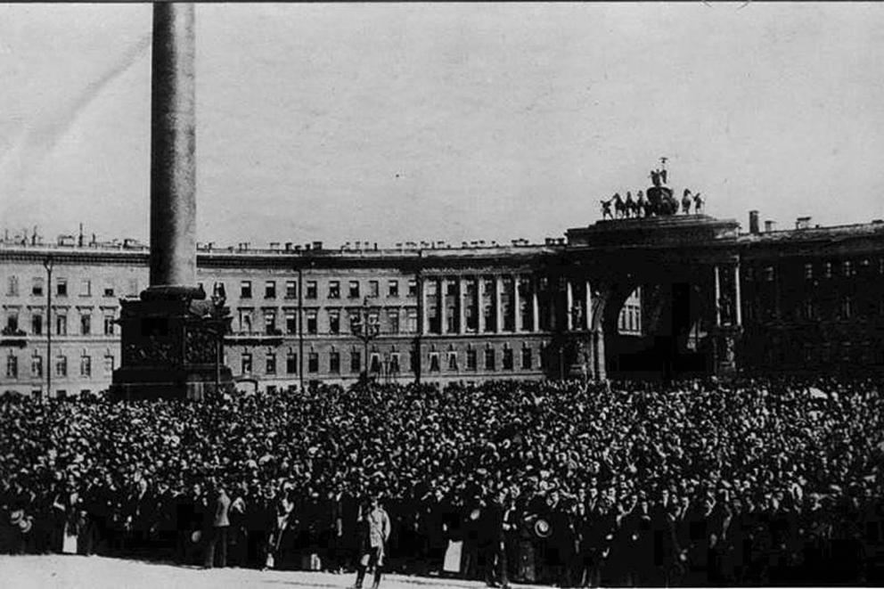 Click image for larger version.  Name:1. 1 1 4 0 3 3 crowd In front of the Winter Palace on the declaration of war, 20 July 1914.jpg Views:1 Size:331.2 KB ID:3646087