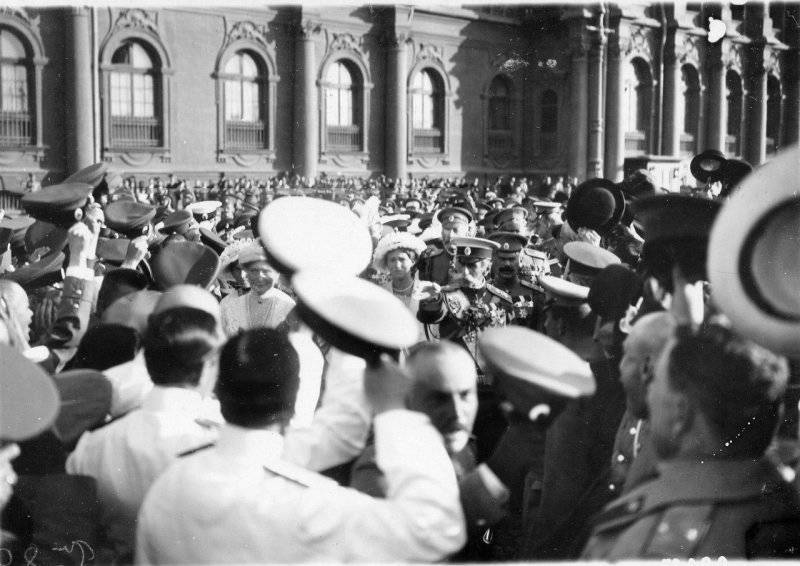 Click image for larger version.  Name:1. 1 1 4 0 3 5 Emperor Nicholas II leaves the small entrance of the Winter Palace.jpg Views:1 Size:68.5 KB ID:3646093