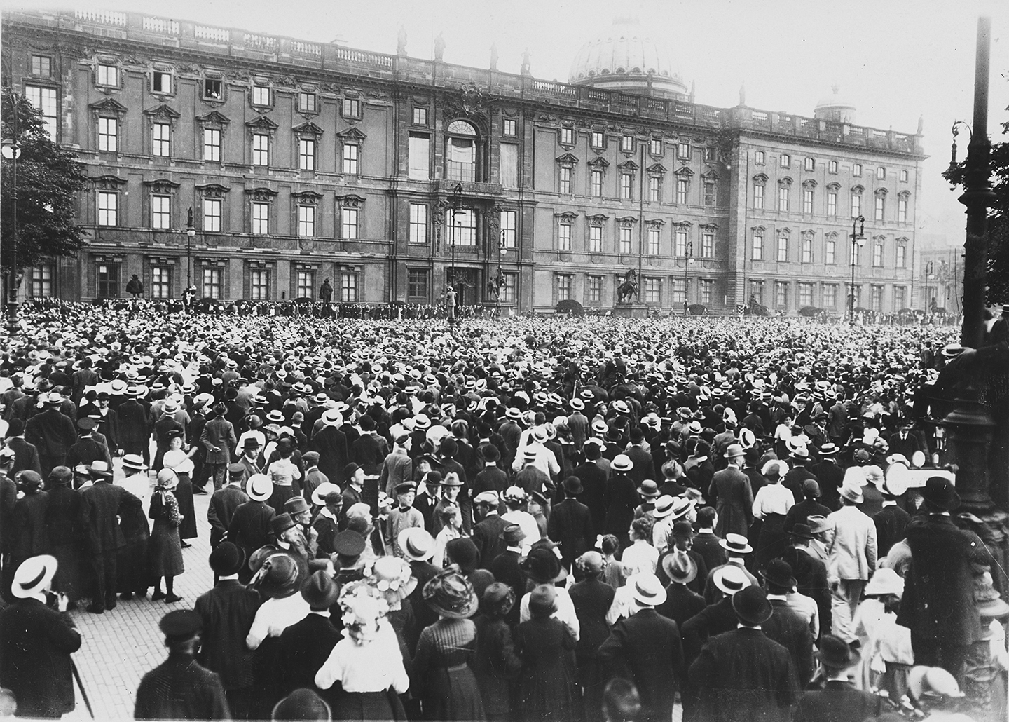 Click image for larger version.  Name:1. 1 1 4 0 4 2 crowd waiting in front of the City Palace Berlin 1 August 1914.jpg Views:1 Size:991.8 KB ID:3646629