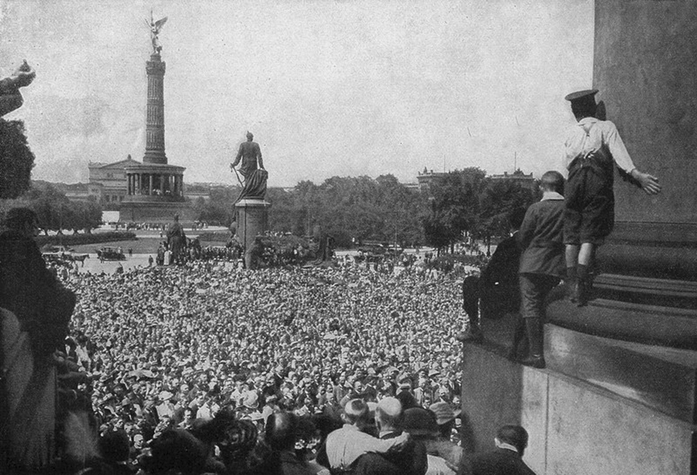 Click image for larger version.  Name:1. 1 1 4 0 4 4 The service at the Bismarck monument in Berlin on August 2, 1914.jpg Views:1 Size:442.1 KB ID:3646645