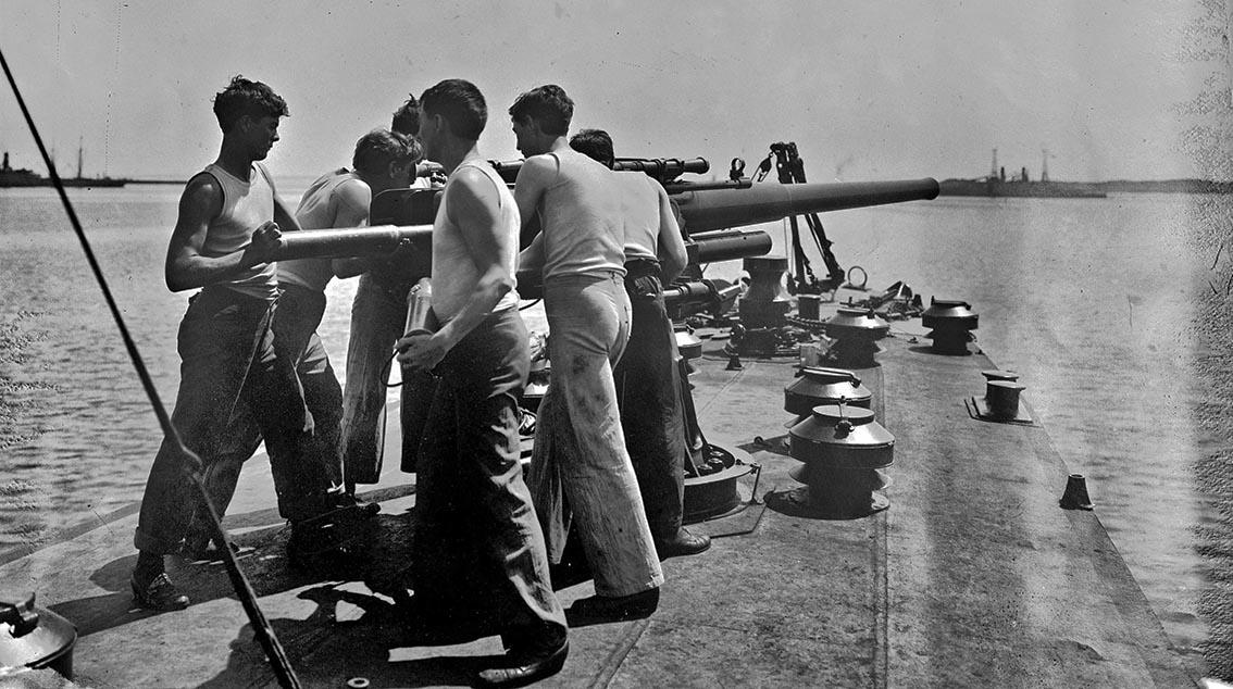 Click image for larger version.  Name:1.1. 2 1 2 broken deckers 1 flivvers USS Smith (DD-17) sailors man Smith's forward gun, circa 19.jpg Views:2 Size:175.9 KB ID:3677557
