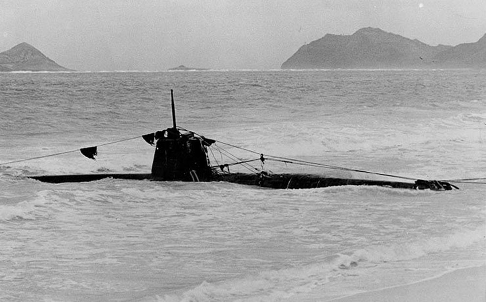 Click image for larger version.  Name:1.1. 2 2 4 13 5 1 1 Type A Ko-hyoteki-class submarine, No.19, grounded in the surf on Oahu after.jpg Views:1 Size:92.8 KB ID:3679499