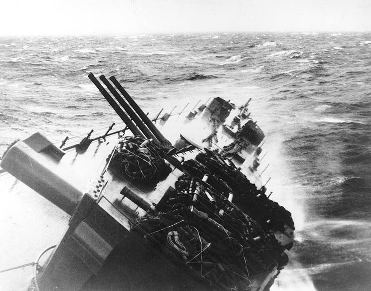 Click image for larger version.  Name:1.1. 3 0 4 5 5 The Caine Mutiny USS Santa Fe (CL-60) during Typhoon Cobra, December 1944.jpg Views:2 Size:96.1 KB ID:3682949
