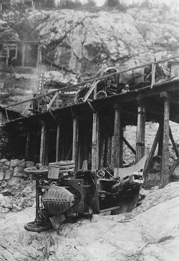 Click image for larger version.  Name:2.3.2. 16 3 Caporetto Italian self-propelled gun on a car chassis that fell from the bridge duri.jpg Views:1 Size:87.4 KB ID:3655689