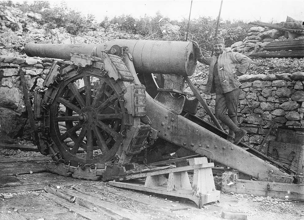 Click image for larger version.  Name:2.3.2. 17 Austro-Hungarian soldiers pose next to captured Italian artillery pieces abandonned by.jpg Views:1 Size:184.5 KB ID:3655699
