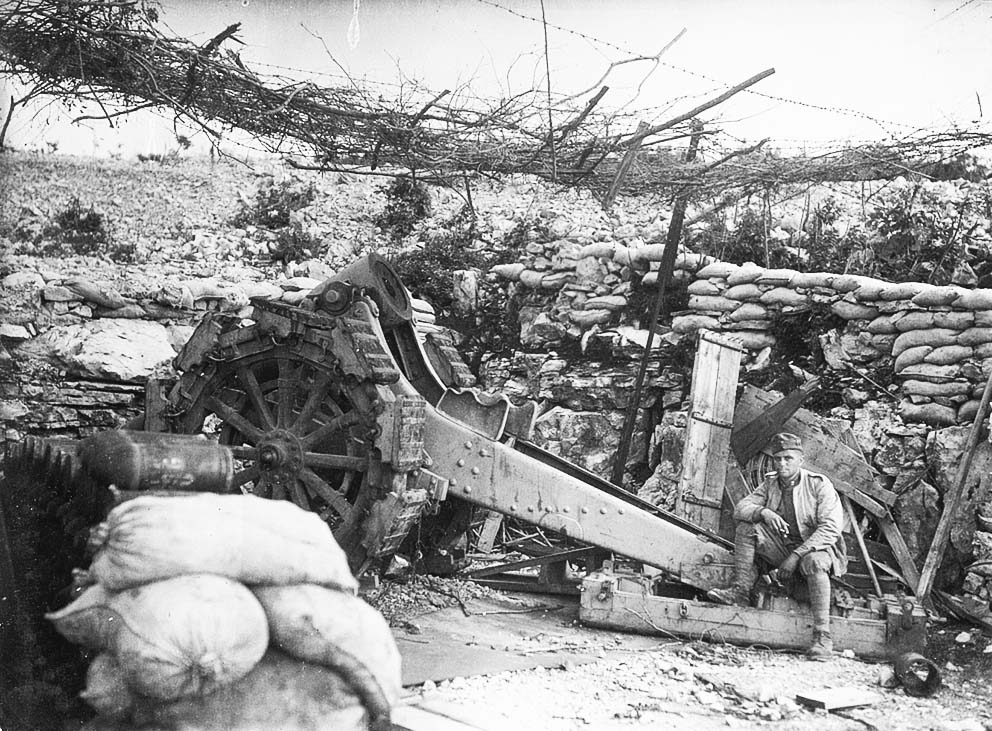 Click image for larger version.  Name:2.3.2. 17 Austro-Hungarian soldiers pose next to captured Italian artillery pieces abandonned by.jpg Views:1 Size:212.6 KB ID:3655701