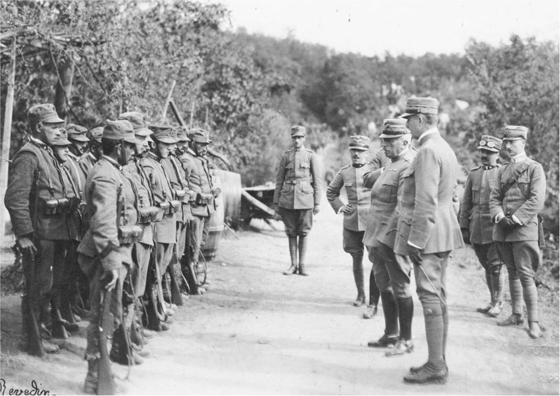 Click image for larger version.  Name:2.3.2. 3 2 General Cadorna visiting Italian troops before the Second Battle of the Isonzo..jpg Views:1 Size:273.6 KB ID:3654995