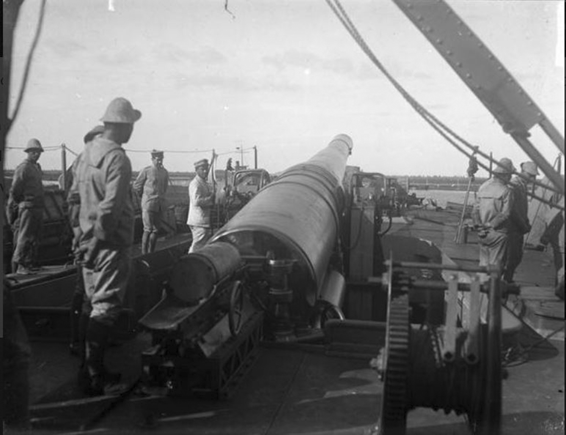 Click image for larger version.  Name:2.3.2. 31 13 First Piave Battle a 15-inch gun is mounted on an Italian monitor in preparation fo.JPG Views:1 Size:310.2 KB ID:3656817