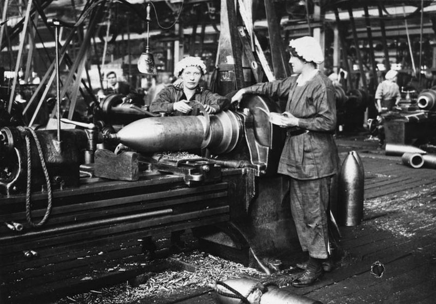 Click image for larger version.  Name:3. 1 2 WW1 Female munition workers in a Birmingham factory.jpg Views:1 Size:133.4 KB ID:3668355