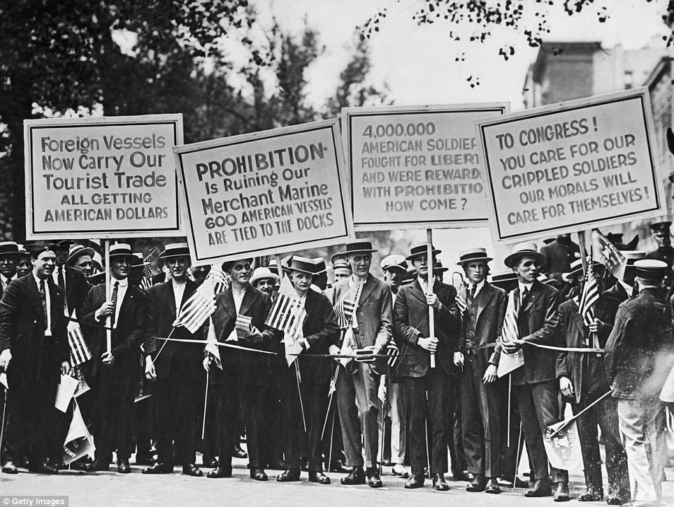 Click image for larger version.  Name:4.3. 9 1 A July 4 protest against the 14-year-ban on alcohol takes place in New York in 1925.jpg Views:1 Size:220.1 KB ID:3669169