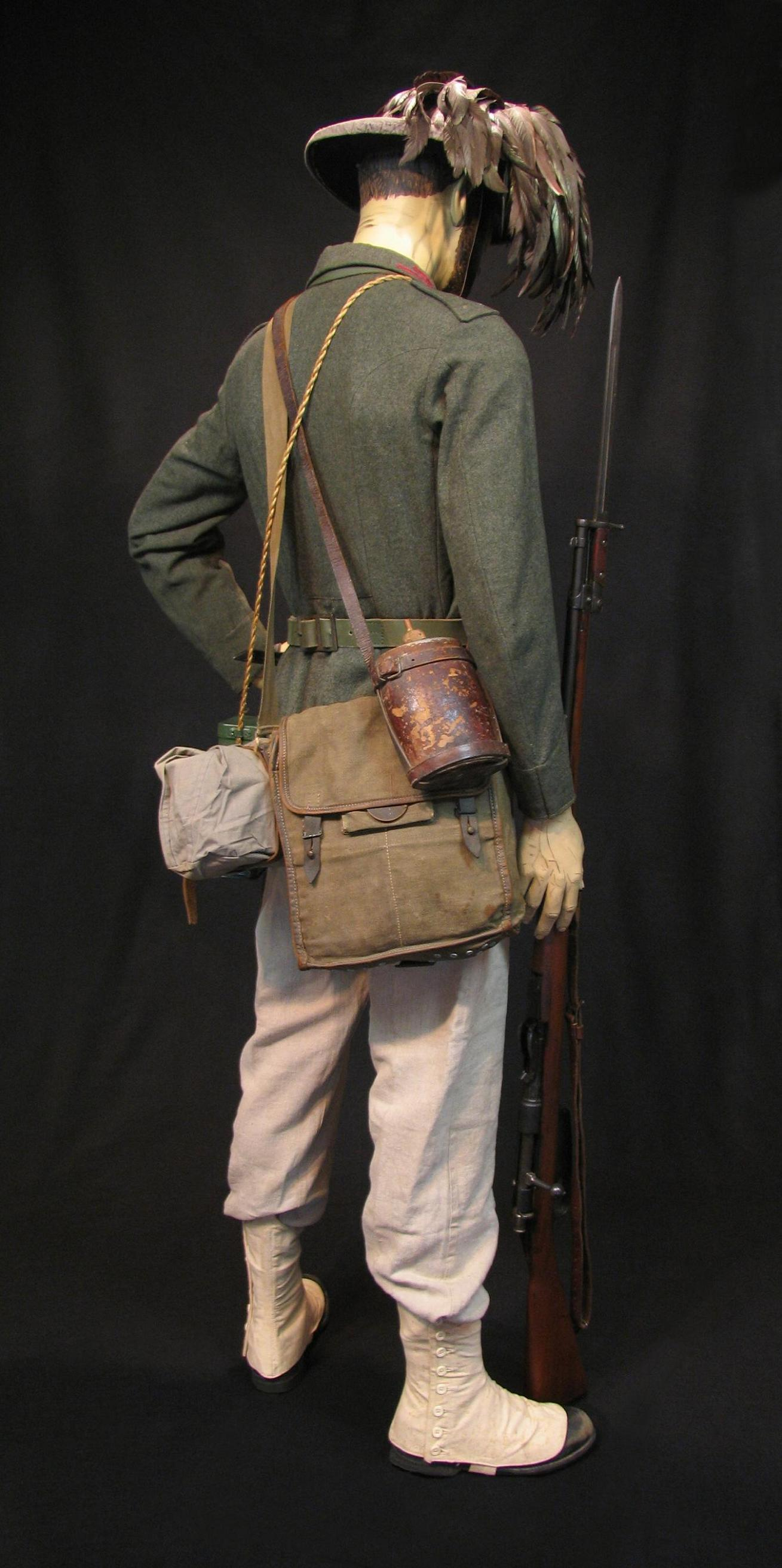 Bersaglieri Display w-o Cloak c1915-16 005-R.JPG