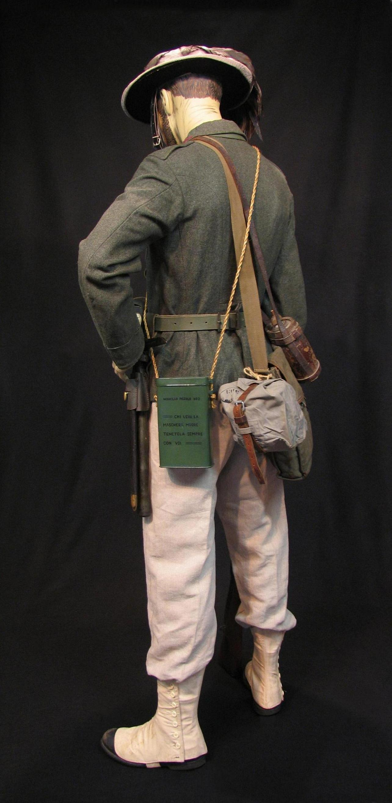 Bersaglieri Display w-o Cloak c1915-16 008-R.JPG