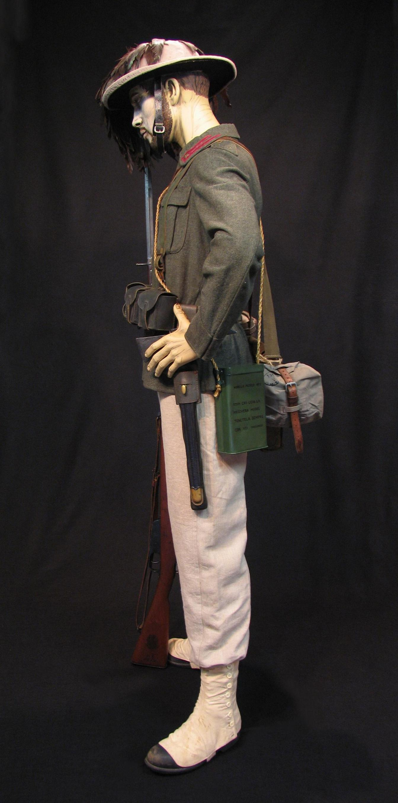 Bersaglieri Display w-o Cloak c1915-16 009-R.JPG