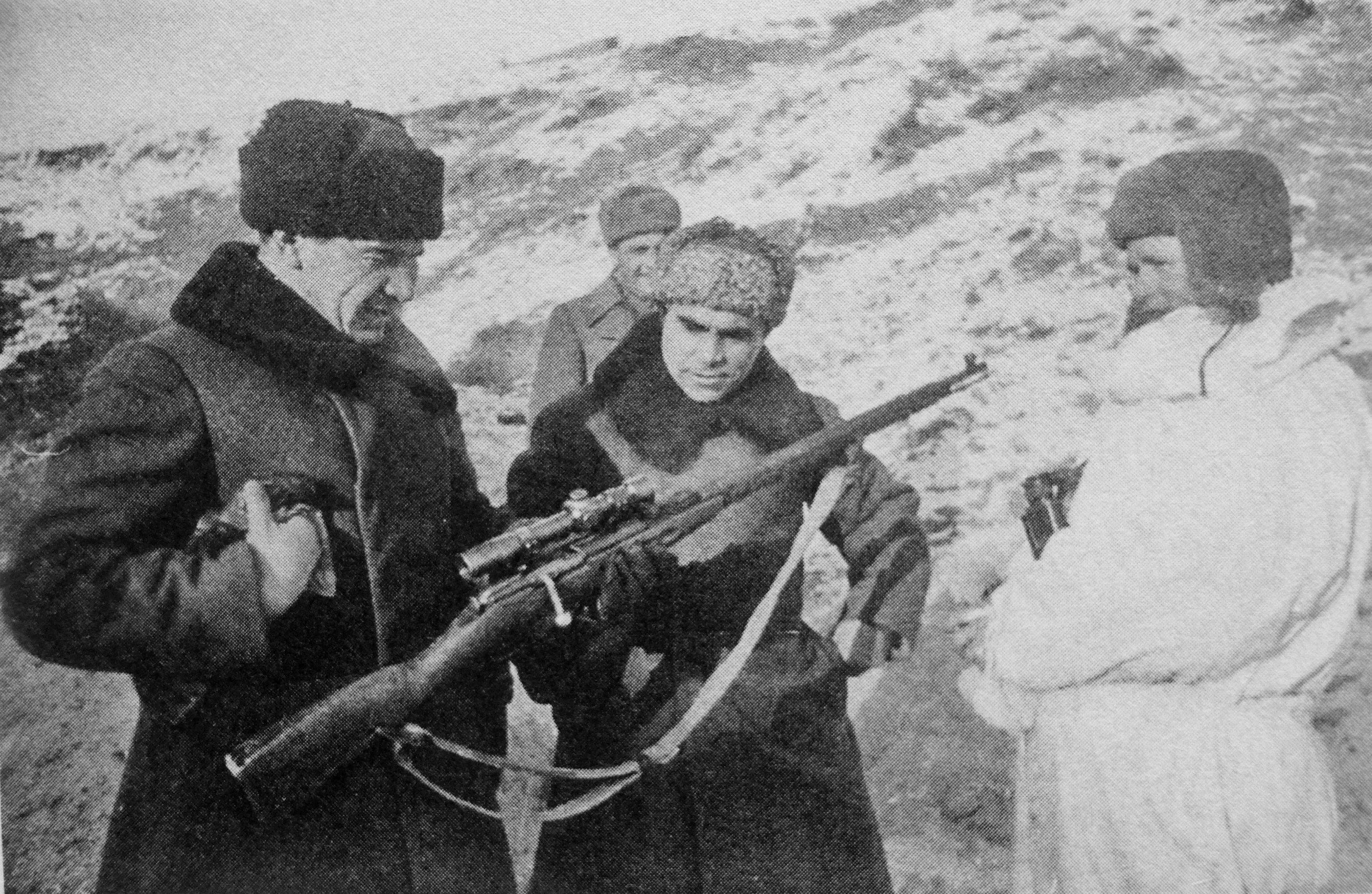 Click image for larger version.  Name:General-Chujkov-s-vintovkoj-snajpera-V_Zajceva_Stalingrad_1943.jpg Views:12 Size:1.71 MB ID:3649007