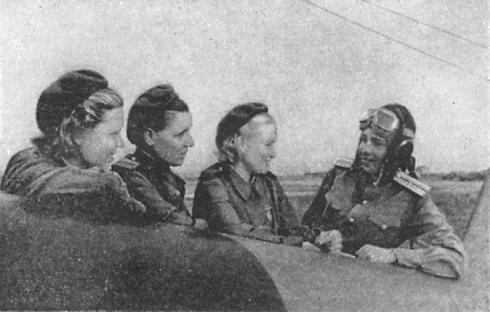 Click image for larger version.  Name:test 131 70 00 587 01 Kuznetsova M, S., Wing Commander (rechts) with Crew Eugene Smykova, Lida G.jpg Views:2 Size:24.2 KB ID:383581