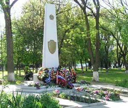 Click image for larger version.  Name:test 131 92 00 01 Monument Julia Pashkova  Pauline Makagon Lydia Svistunova 02.jpg Views:2 Size:65.0 KB ID:384764