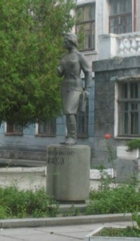 Click image for larger version.  Name:test 131 92 02 Monument to Vera Belik in Kerch in front of her school 01.jpg Views:2 Size:30.6 KB ID:384769