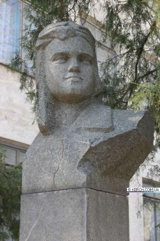 Click image for larger version.  Name:test 131 92 16 Monument Yevgeniya Rudneva in Kerch 01.jpg Views:2 Size:57.7 KB ID:384780